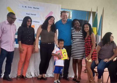Distribuição de kits literários em escola de Nova Iguaçu
