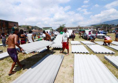 Prefeitura de Nova Iguaçu continua com entrega de telhas neste domingo