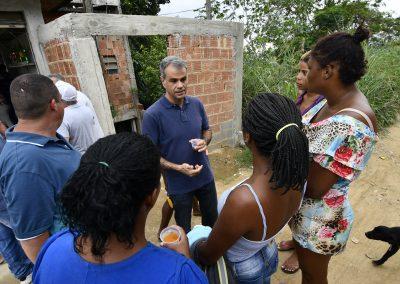 Moradores do Morro do DPO celebram chegada das telhas uma semana após chuva de granizo