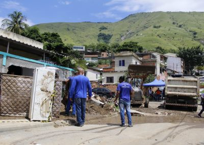 Equipes da Prefeitura de Nova Iguaçu prestam apoio à população atingida por temporal