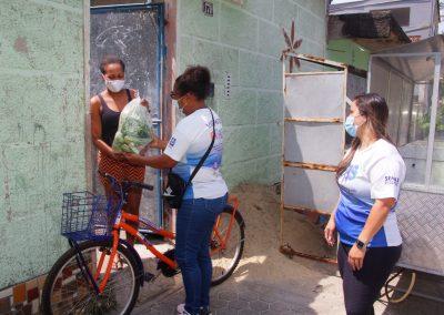 """Prefeitura de Nova Iguaçu entrega cestas de alimentos da """"Cesta Verde"""" em Comendador Soares e Austin"""
