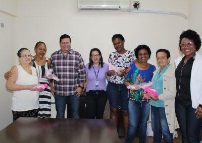 Nova Iguaçu faz doação de prótese de alpiste para mulheres com câncer de mama