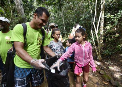 Mutirão de limpeza no Parque Municipal Natural de Nova Iguaçu