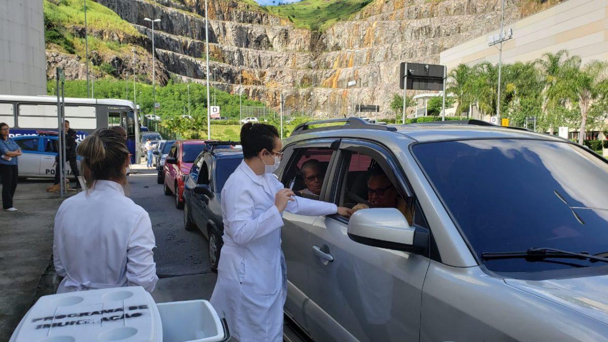 Iguaçuanos são vacinados contra gripe Influenza no drive thru do Shopping Nova Iguaçu