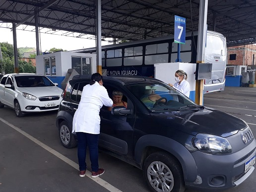 Idosa é vacinada contra gripe Influenza no posto montado pela Prefeitura de Nova Iguaçu no Detran do bairro Botafogo
