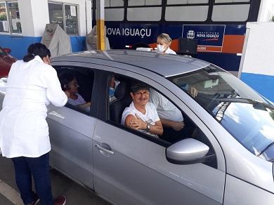 Idosos são vacinados no posto montado no Detran do bairro Botafogo