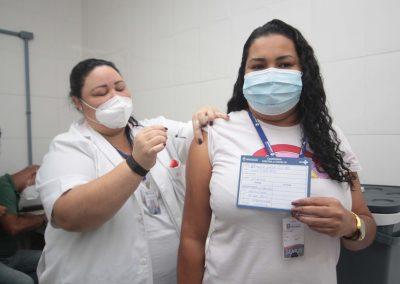 Nova Iguaçu vai vacinar, nesta sexta-feira (2), mulheres de 69 anos. No sábado (3), serão homens de 69 anos e profissionais de saúde com mais de 35 anos
