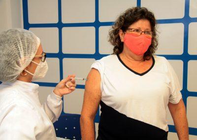 Nesta quarta-feira (12), Nova Iguaçu vacina homens e mulheres com comorbidades de 46 e 47 anos, puérperas e lactantes acima de 18 anos
