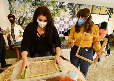 Artesãs e educadores de Nova Iguaçu são capacitados a transformar bitucas de cigarro em papel artesanal