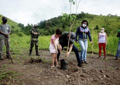 Dia da Terra é celebrado em Nova Iguaçu com plantio de árvore