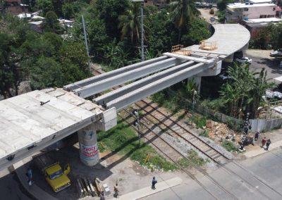 Passagem de nível da via férrea em Nova Iguaçu será fechada para obra do viaduto de Austin, com colocação de lajes pré-moldadas