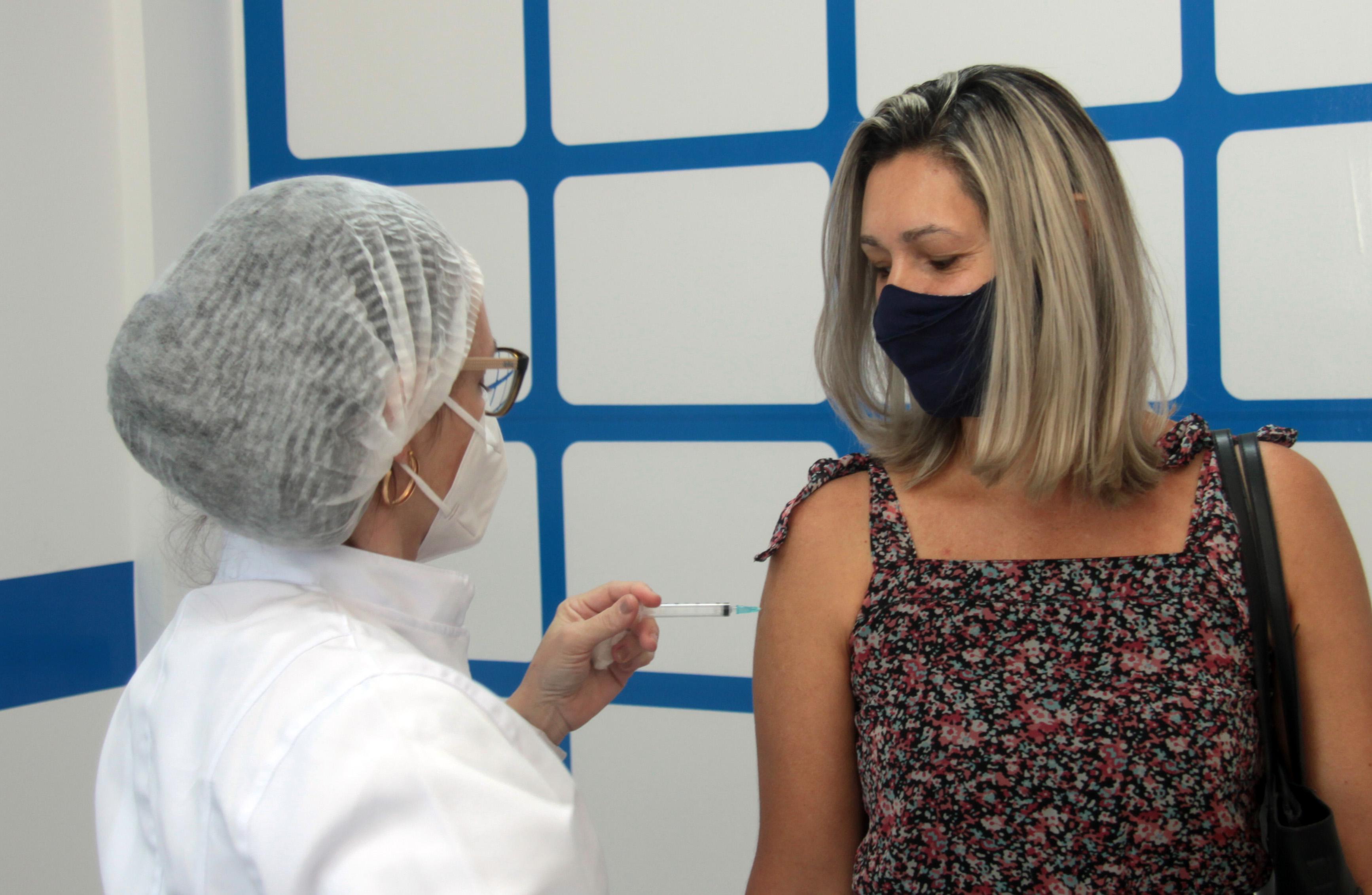 Nova Iguaçu vacina homens e mulheres de 52 anos neste sábado (19)