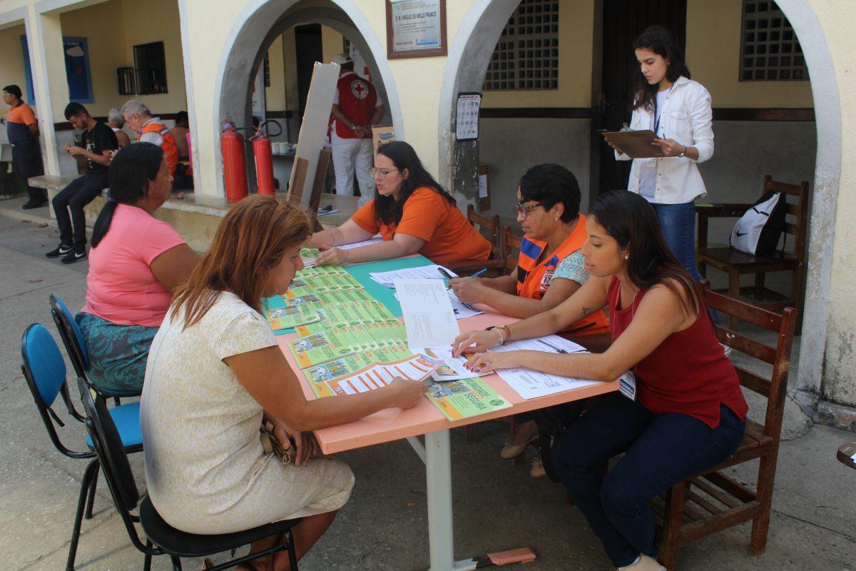 Mais de 200 moradores do Carmari participam de simulado de emergências da Defesa Civil 10
