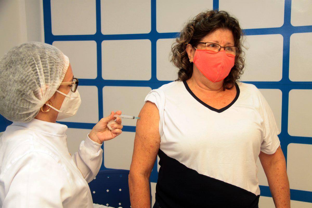 Nova Iguaçu adianta calendário de vacinação e avança em faixa etária de pessoas sem comorbidades. Imunização com Pfizer retorna neste sábado (12)