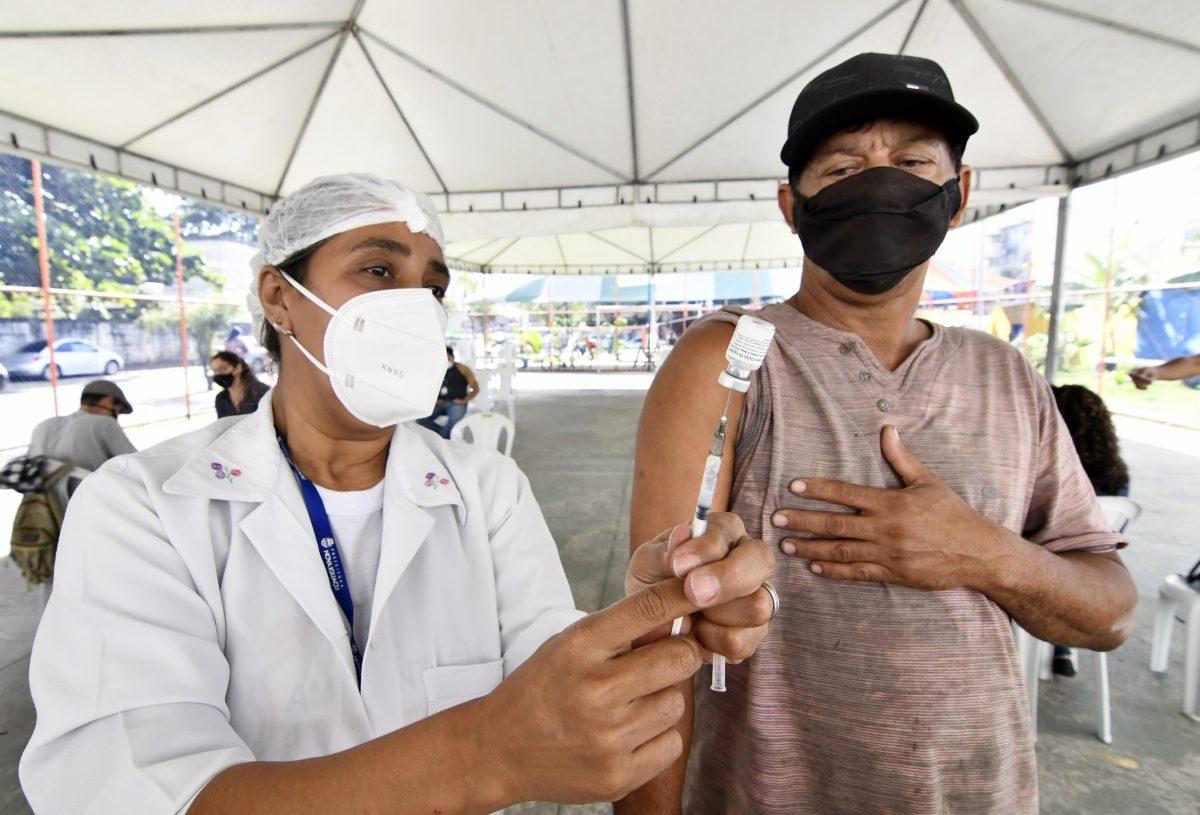Nova Iguaçu vacina pessoas até 46 anos nesta semana. Não haverá mais divisão de gêneros