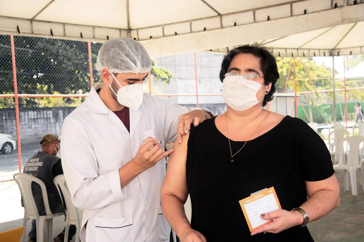 Nova Iguaçu vacina pessoas de 44 anos nesta terça-feira (6)