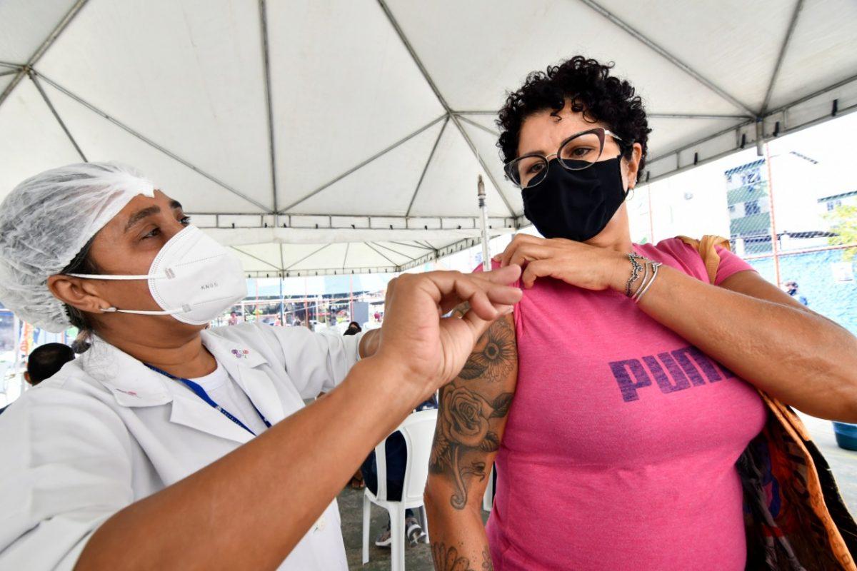 Nova Iguaçu vacina pessoas até 42 anos nesta semana